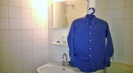 Merapikan Pakaian dengan Menggantungnya di Kamar Mandi