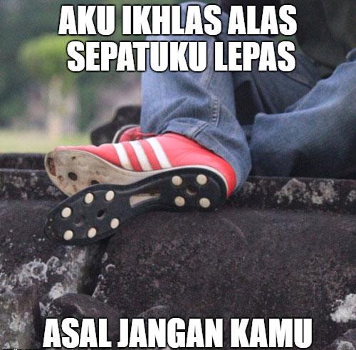 meme alas sepatu lepas